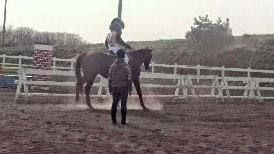 B・Bの乗馬練習-1